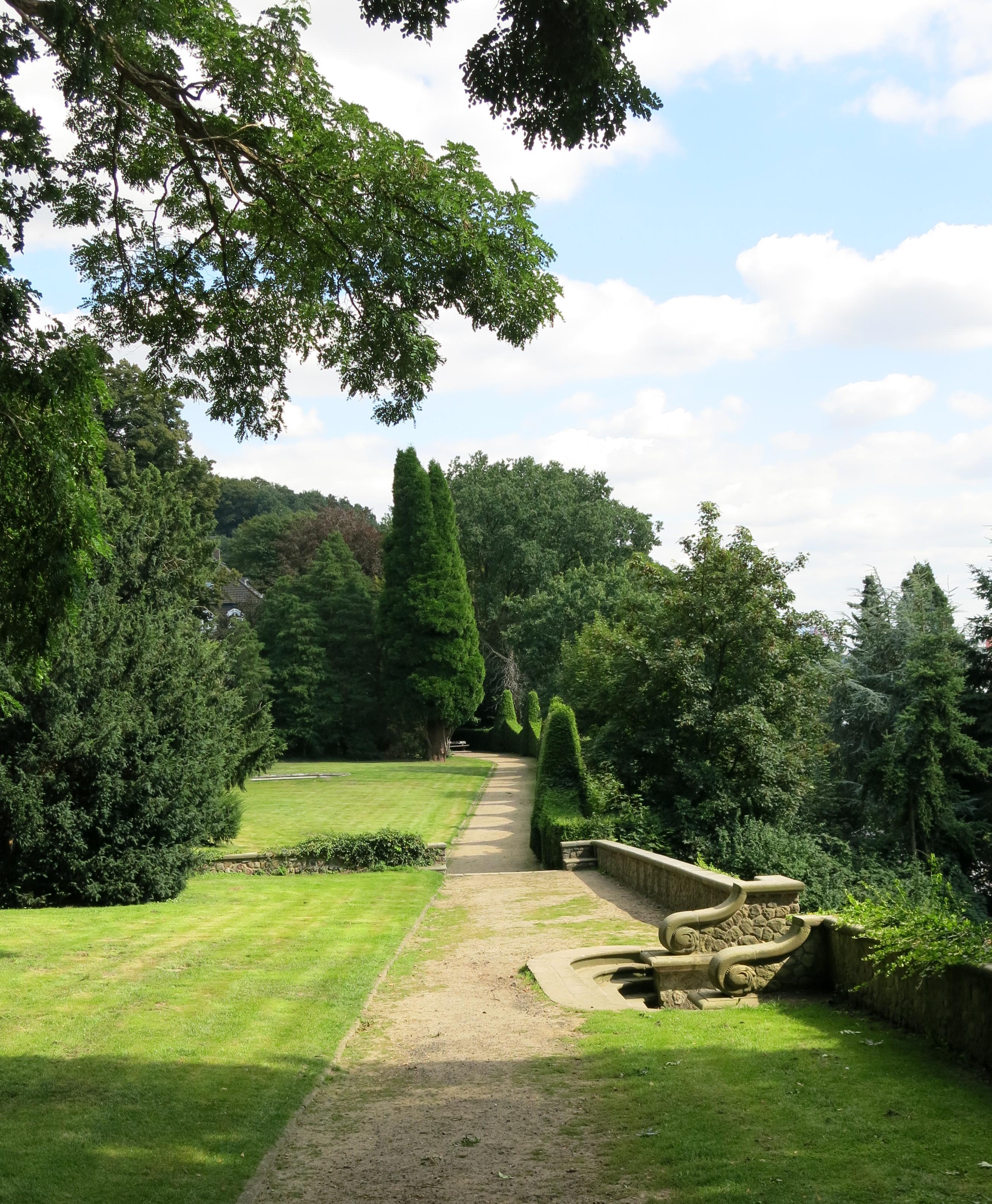 Falkensteiner Ufer Und Römischer Garten Der Grillenscheucher