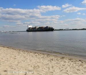 37_Containerschiff_mit_Strand